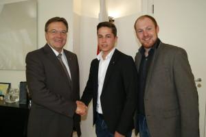 Landeshauptmann Günther Platter gratuliert dem neuen JVP-Bezirksobmann Philipp Gaugl (mitte) zur seiner neuen Aufgabe. Im Bild mit JVP-Landesobmann Dominik Schrott (r.)